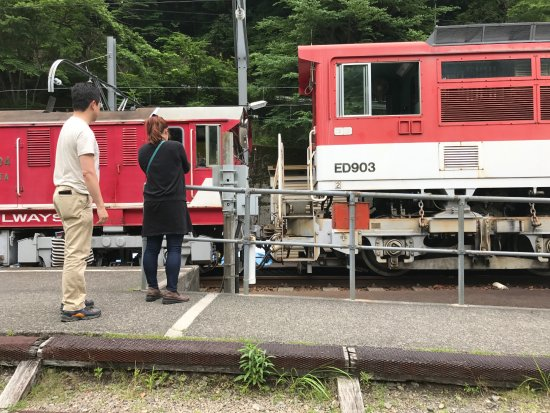 Shizuoka Prefecture, Giappone: アプトいちしろ駅ではアプト式機関車連結を列車を降りて見学できる