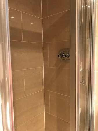 Phoenix Hotel: Foto della stanza e del bagno e vista dalla camera
