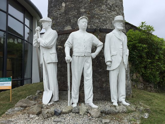 ‪‪St Austell‬, UK: The entrance statues, although the other 2 (not in photo) had recently been stolen by some low l‬
