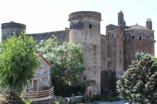Haute-Loire, France : Autre vue de la Mairie et du Château.