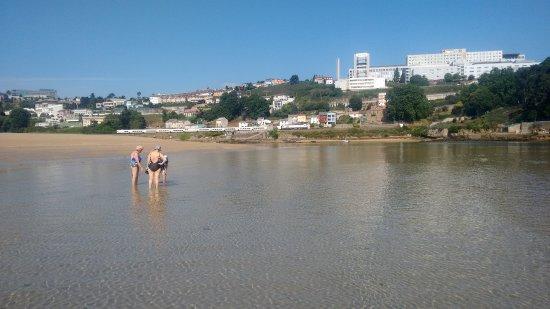 Oleiros, إسبانيا: Ría con complejo hospitalario al fondo