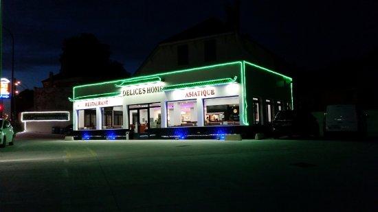 Linas, France: Restaurant, le soir, depuis le parking