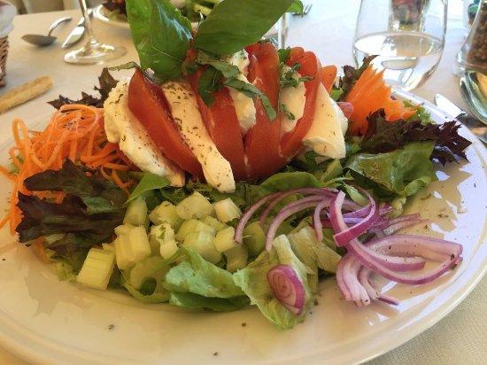 Calamandrana, Italia: in fondo è una semplice piatto pomodoro e mozzarella!!! Ma che presentazione e che mozzarella!!!