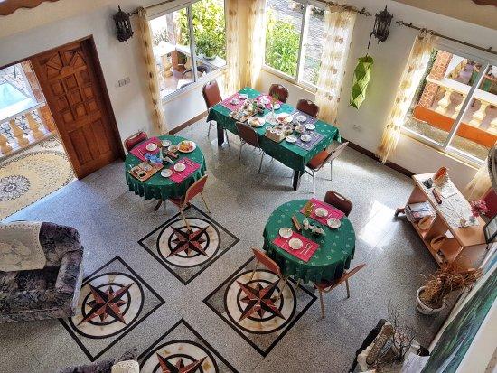 Villa Bananier : Eingangsbereich mit Frühstückstischen