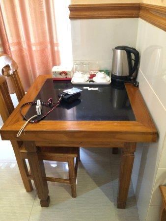 Nylon Hotel : โต๊ะวางของ