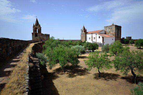 Mourao, Portugal: vista da muralha nascente