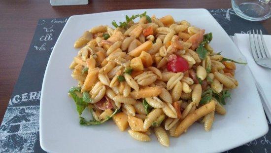 Ristorante \u0026 Pinseria Infinito Pasta fredda con salmone affumicato, melone  e verdure varie