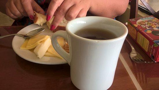 Crown Paradise Club Cancun: taza de cafe rajada ; insisto cuando me referia a un hotel de primera categoria...me explico..??