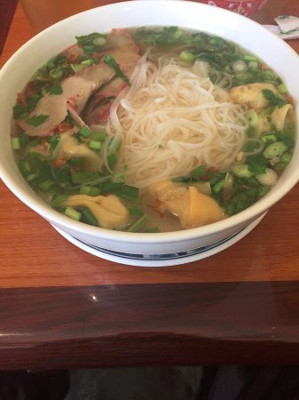 Torrance, Kaliforniya: Pho with roast pork and wontons