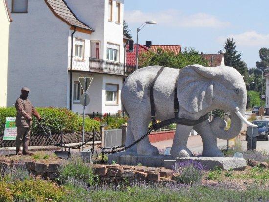 Enkenbach-Alsenborn, Deutschland: Bauer mit pflügendem Elefanten