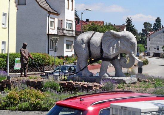 Enkenbach-Alsenborn, Németország: Bauer mit Elefant am Pflug im Kreisverkehr in Alsenborn
