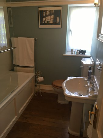 Branscombe, UK: Twin Bedroom/Suite No 2 Bathroom
