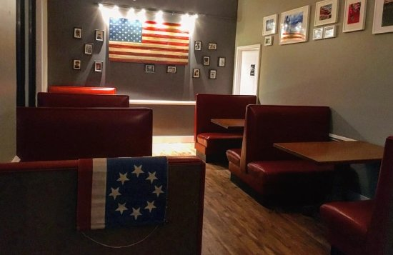 Madison, Virginie : Flags of Valor first responder flag on Mad Local wall inside.