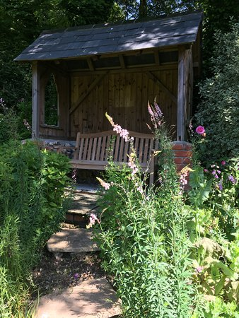 Branscombe, UK: Relax with tea and cake in the garden.