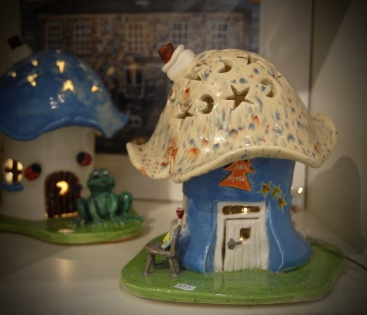Dunfanaghy, Irlanda: Sculpted ceramic lamps from the Suzi Mac's studios at the foot of Errigal