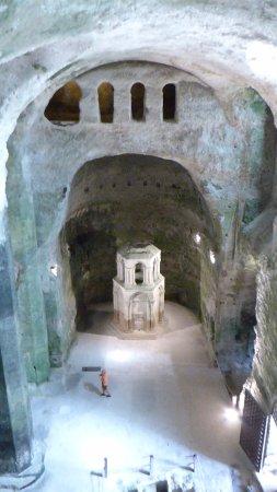 Aubeterre-sur-Dronne, France: Eglise monolithe creusée dans la falaise en haut du village