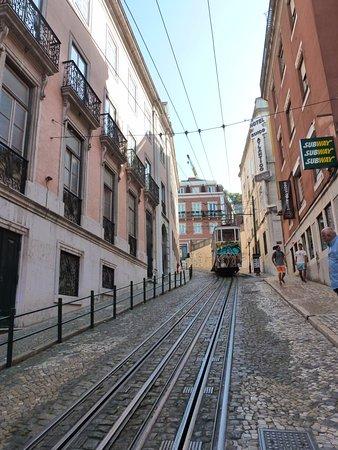 Turim Restauradores Hotel: Straßenbahn fährt am Hotel vorbei