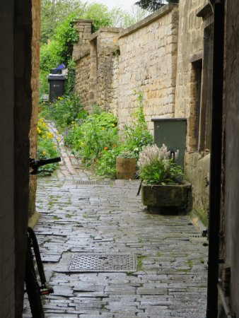 Temple Guiting, UK: a narrow walkway in Chipping Campden