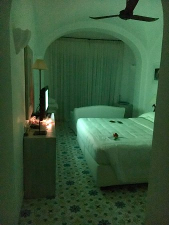 La Minerva: Evening turn-down service with mood lighting and flower on bed