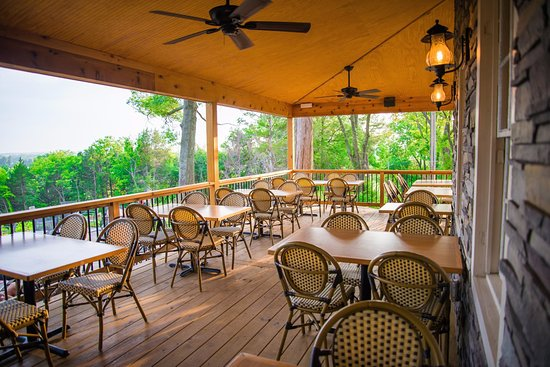 Marthasville, MO: Our inviting deck off the tasting bar