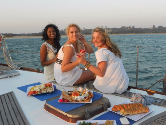 Hout Bay, Sudáfrica: Snacks on the foredeck