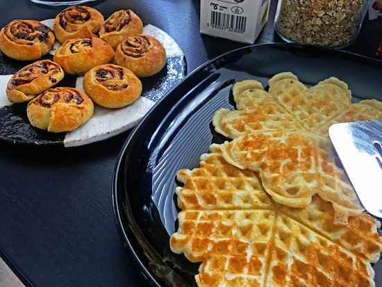 Keflavik, IJsland: Homemade waffles and cinnamon buns. One of the best breakfasts you'll get in Iceland!