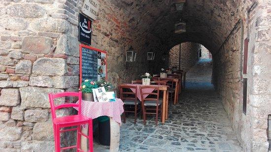 Suvereto, Italy: tavoli all'aperto, al riparo se piove, al fresco se è caldo :-)
