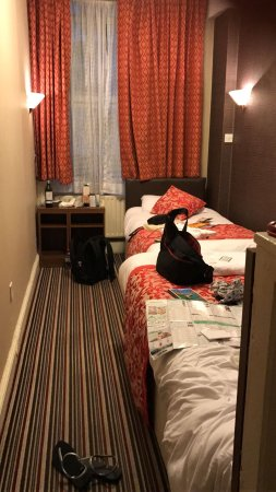 Oliver Hotel: Room advertised on left, shoebox you get in reality!! Steer far clear or be prepared to be rippe