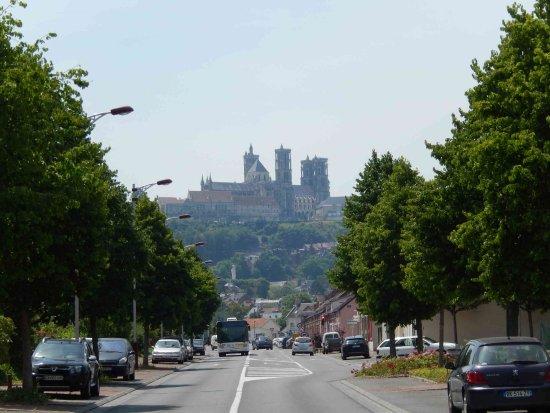 Laon, Francia: Die Anfahrt von der Unterstadt