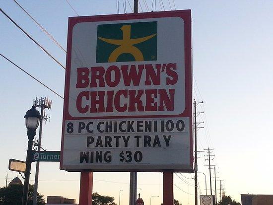 Elk Grove Village, Ιλινόις: sign for Brown's Chicken along Devon Ave.