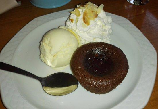 Heemskerk, Países Bajos: Lopend chocoladetaartje met ijs en slagroom