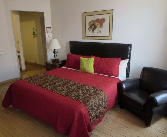 Canyon Rose Suites: King bed and cozy chair