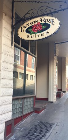 Canyon Rose Suites: Main entrance on a sloped Shearer St.