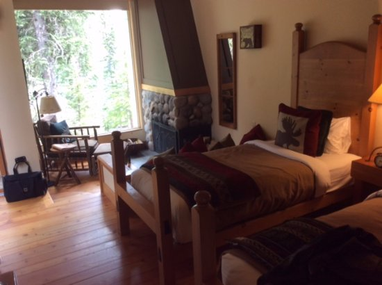 Moraine Lake Lodge: Deluxe cabin with two twin beds