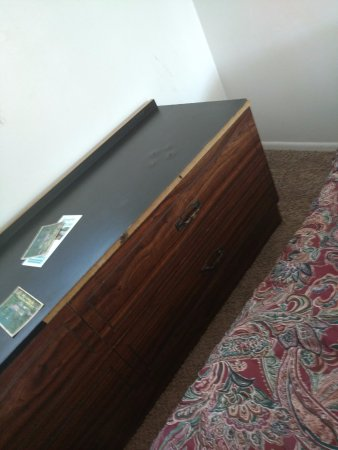 Lakehead, แคลิฟอร์เนีย: broken dresser