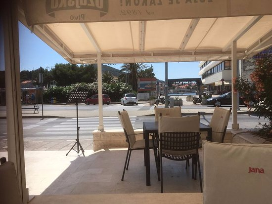 Hotel Petka: patio at front of hotel overlooking main road