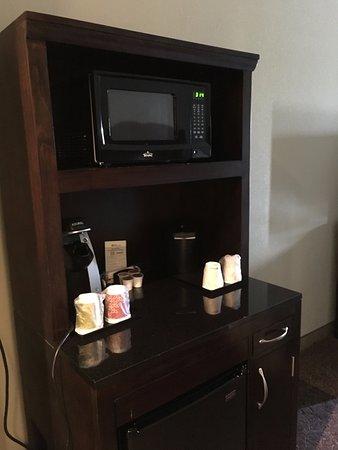 Norman, OK: 上に電子レンジ、中間に、コーヒーメーカー、下には冷蔵庫が配備。水は購入しなければこーひ―も紅茶も飲むことができない。
