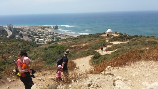 Stella Maris Lighthouse and Carmelite Monastery: hiking toward the lighthouse