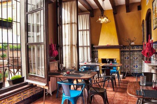 salon ventanales grandes de la pizzeria casera