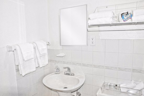 Easterner Motel: This is a typical clean, private bathroom in all accommodations.
