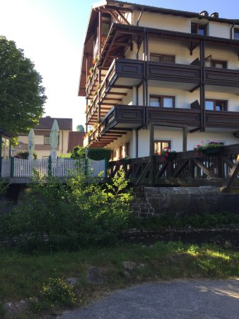 Laaben, Áustria: het hotel aan de zijkant waar een beekje loopt