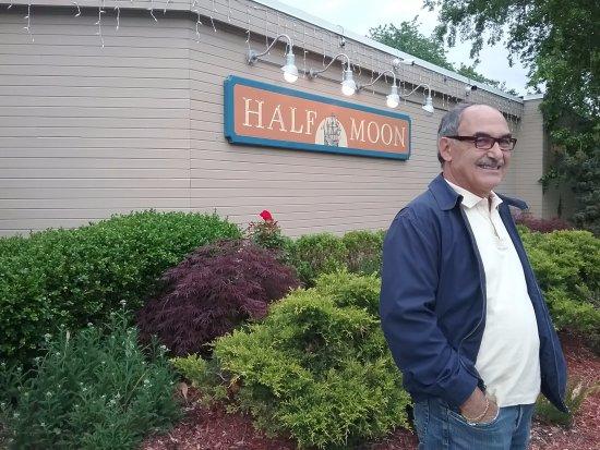 Half Moon Restaurant: Entrata locale