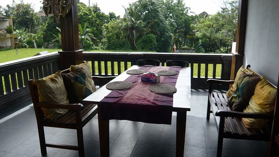 Bayu Guest House : Dining and seating on balcony.