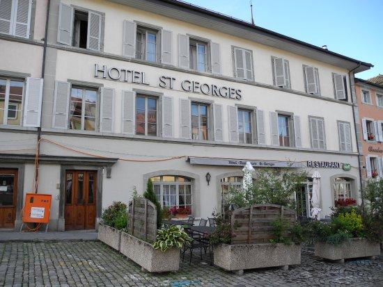 Romont, Ελβετία: Haupteingang vor dem Parkplatz