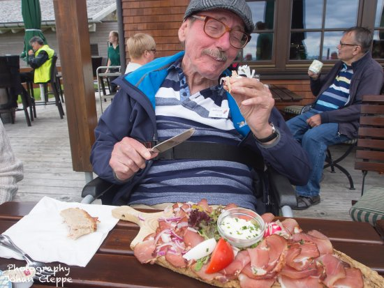 Kniebis, ألمانيا: genieten van 'schinkenteller' met brood en mierikswortelsaus