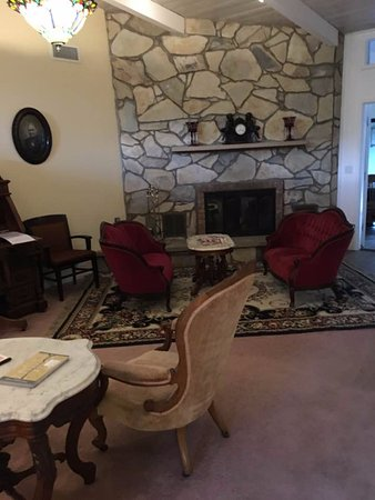 Creekside Inn at Sedona: common living room with wet bar, ice and a fridge. The room includes a library.