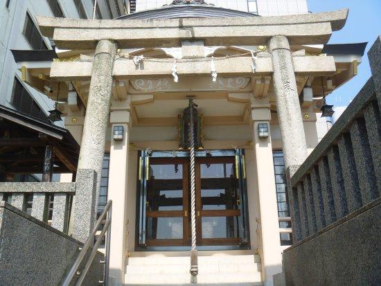 Takanawa, اليابان: 鳥居と拝殿
