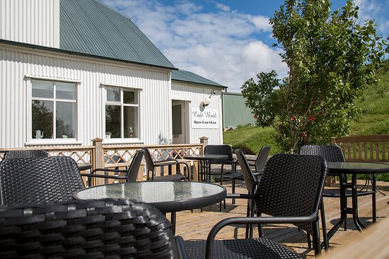 Borgarnes, IJsland: Our lovely patio with a view towards the ocean.