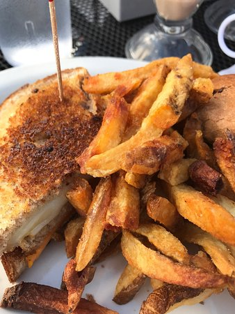 Annie's Parlour: Grilled cheese and fries - mmmmmm