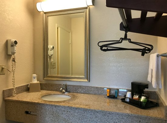 Americas Best Value Inn Mt Vernon: Guest Vanity